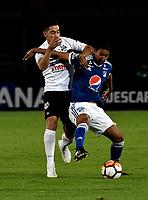 BOGOTÁ - COLOMBIA, 15-08-2018: Christian Marrugo (Der.) jugador de Millonarios (COL), disputa el balón con Edgar Zaracho (Izq.) jugador de General Díaz (PAR), durante partido de vuelta entre Millonarios (COL) y General Díaz (PAR), de la segunda fase por la Copa Conmebol Sudamericana 2018, en el estadio Nemesio Camacho El Campin, de la ciudad de Bogotá. / Christian Marrugo (R) player of Millonarios (COL), figths for the ball with Edgar Zaracho (L) player of General Diaz (PAR), during a match of the second leg between Millonarios (COL) and General Diaz (PAR), of the second phase for the Conmebol Sudamericana Cup 2018 in the Nemesio Camacho El Campin stadium in Bogota city. VizzorImage / Luis Ramirez / Staff.