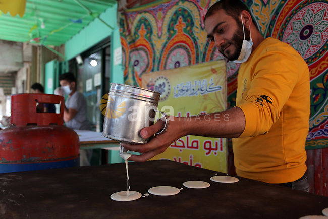 Palestinians shop during the holy month of Ramadan, at a market in Gaza city, on May 01, 2021. On 29 April. The unemployment rate was about 16% in the West Bank in 2020 compared with about 15% in 2019, while the unemployment rate was about 47% in Gaza Strip in 2020 compared with 45% in 2019. Photo by Mahmoud Ajjour