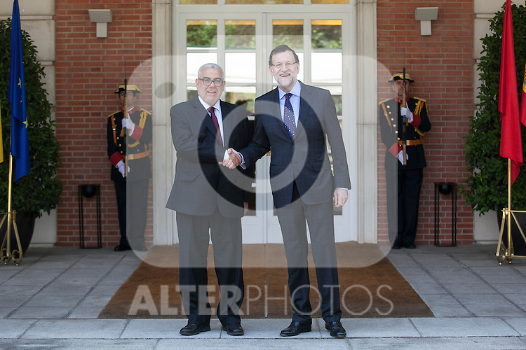 Prime Minister Mariano Rajoy shakes hands with Morocco's Prime Minister Abdelilah Benkirane (L) during a welcome ceremony at the Moncloa Palace in Madrid, Spain. June 05, 2015. (ALTERPHOTOS/Victor Blanco)