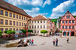 Deutschland, Bayern, Unterfranken, Main-Spessart, Karlstadt: Blick ueber den Marktplatz in die Maingasse bis zum Maintor mit Turm | Germany, Bavaria, Lower Franconia, Main-Spessart, Karlstadt:  view across market square towards lane Maingasse with town gate Maintor and tower
