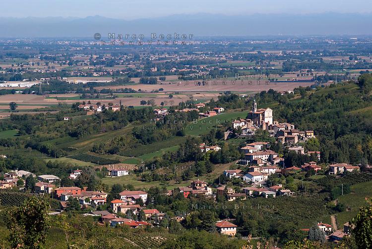 Veduta su Torricella Verzate, paese nell'Oltrepò Pavese, la pianura padana verso Pavia e le Alpi sullo sfondo --- View over Torricella Verzate, small village in the Oltrepò Pavese, the padan plain towards Pavia, and the Alps on the background