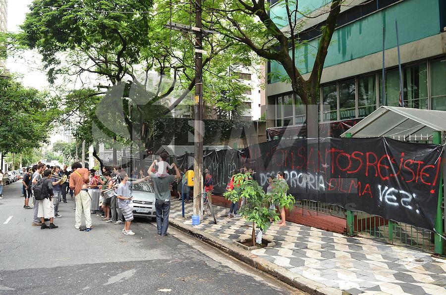 SAO PAULO, SP, 16 DE JANEIRO DE 2013.- MANIFESTACAO MORADIA - Membros de organizacoes de luta por moradia em manifestacao contra o despejo do assentamento de Milton Santos, localizado em Americana, em frente ao predio ocupado na rua Dr Basilio Machado, regiao central, na tarde desta quarta-feira, 16.  (FOTO: ALEXANDRE MOREIRA / BRAZIL PHOTO PRESS).