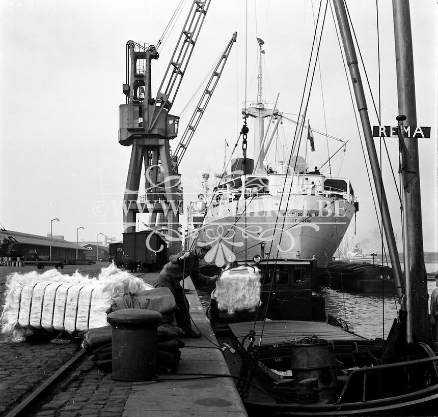 Een schip wordt geladen in de haven van Antwerpen in 1966.