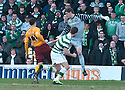 :: MOTHERWELL'S JOHN SUTTON GOES AROUND CELTIC'S FRASER FORSTER JUST BEFORE SCORING MOTHERWELL'S FIRST ::