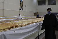 """Campinas (SP), 11/06/2021 - Bolo Santo Antonio - Confeccao do bolo de Santo Antonio, nesta sexta-feira (11) na Paroquia de Santo Antonio, no bairro Ponte Preta. De acordo com a paroquia, o bolo ja esta sendo vendido e a retirada ocorrera no domingo, pelo sistema """"Parada Expressa"""" (drive-thru). (Foto: Denny Cesare/Codigo 19/Codigo 19)"""