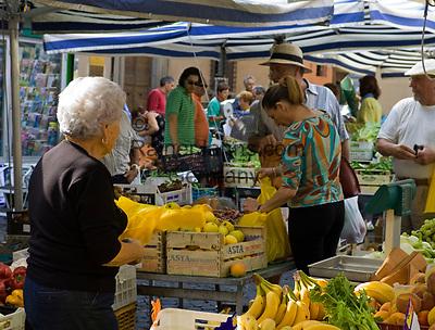 Italien, Latium, Viterbo: Markt in der Altstadt | Italy, Lazio, Viterbo: market stands at old town