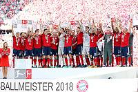 Die team celebrates die 28 Meisterschaft and Meisterschale in der Hand, Sandro Wagner #2 (FC Bayern Muenchen), Niklas Suele #4 (FC Bayern Muenchen), Mats Hummels #5 (FC Bayern Muenchen), Franck Ribery #7 (FC Bayern Muenchen), Javi Martinez #8 (FC Bayern Muenchen), Robert Lewandowski #9 (FC Bayern Muenchen), Arjen Robben #10 (FC Bayern Muenchen), James Rodriguez #11 (FC Bayern Muenchen) , Rafinha #13 (FC Bayern Muenchen), Juan Bernat #14 (FC Bayern Muenchen), Jerome Boateng #17 (FC Bayern Muenchen), Sebastian Rudy #19 (FC Bayern Muenchen), Felix Goetze #20 (FC Bayern Muenchen), Arturo Vidal #23 (FC Bayern Muenchen), Corentin Tolisso #24 (FC Bayern Muenchen), Thomas Mueller #25 (FC Bayern Muenchen), Sven Ulreich #26 (FC Bayern Muenchen), David Alaba #27 (FC Bayern Muenchen), Kawasi Okyere Wriedt #28 (FC Bayern Muenchen), Joshua Kimmich #32 (FC Bayern Muenchen), Chef-Trainer Jupp Heynckes (FC Bayern Muenchen), Co-Trainer Peter Hermann (FC Bayern Muenchen), Co-Trainer Hermann Gerland (FC Bayern Muenchen), FC Bayern Muenchen vs. VfB Stuttgart, Football, 1.Bundesliga, 12.05.2018 *** Local Caption *** © pixathlon<br /> Contact: +49-40-22 63 02 60 , info@pixathlon.de