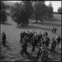 Dans le Lot. 12-16 Octobre 1966. Vue du couple princier du Danemark dans la campagne lotoise au milieu des journalistes et des photographes.