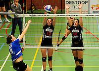 Tievolley Tielt - Vlamvo Vlamertinge : Griet Liefhooghe smasht de bal over het blok van Renate Tavernier (midden) en .Veerle Verkest (rechts).foto VDB / BART VANDENBROUCKE
