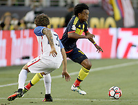 SANTA CLARA - UNITED STATES, 04-06-2016: Fabian Johnson (Izq) jugador de Estados Unidos (USA) disputa el balón con Juan Cuadrado (Der) jugador de Colombia (COL) durante partido del grupo A fecha 1 por la Copa América Centenario USA 2016 jugado en el Levi's Stadium en Santa Clara, California, USA. /  Fabian Johnson (L) player of United States (USA) fights the ball with Juan Cuadrado (R) player of Colombia (COL) during match of the group A date 1 for the Copa América Centenario USA 2016 played at Levi's Stadium in Santa Clara, California, USA. Photo: VizzorImage/ Luis Alvarez /Str