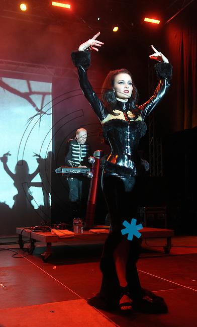 """WGT 2013 - Konzert von """" In Strict Confidence """"  im Kohlrabizirkus - eine deutsche Elektro-Band. im Bild:  Sängerin Nina de Lianin . Foto: Norman Rembarz"""
