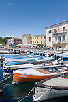 Italy, Veneto, Lake Garda, Bardolino: harbour and lakeside promenade | Italien, Venetien, Gardasee, Bardolino: Hafen und Seepromenade