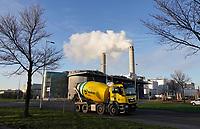 Nederland Amsterdam - 2020.  Westpoort.  Cementwagen van Mebin. Het Afval Energie Bedrijf ( AEB ). Het Afval Energie Bedrijf (AEB) is een afvalverwerkingsbedrijf in Amsterdam. Het bedrijf verwerkt afval uit Amsterdam en uit de regio, en heeft de beschikking over afvalverbrandingsinstallaties in het Westelijk Havengebied. Foto ANP / HH / Berlinda van Dam