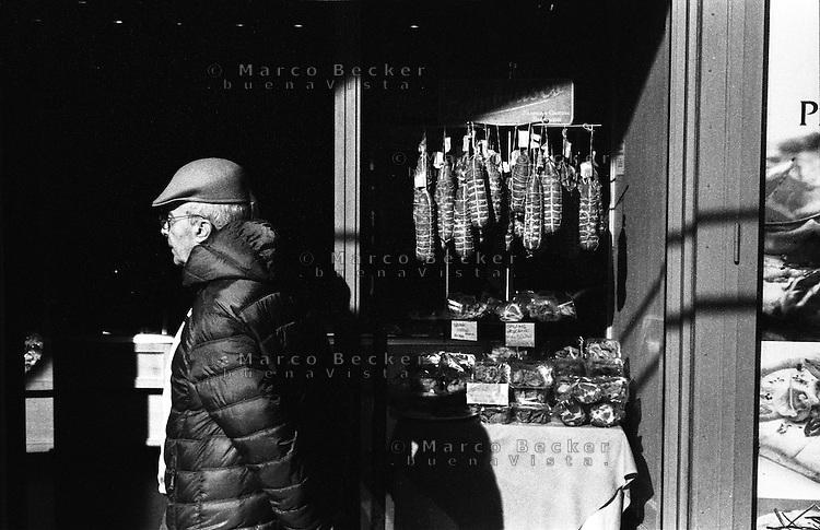 Mantova, insaccati di salame mantovano e altri salumi esposti in un negozio --- Mantua, salami and other cold cuts on display in a shop
