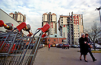 milano, quartiere lorenteggio. periferia ovest. carrelli della spesa di un supermercato presso dei palazzi residenziali --- milan, lorenteggio district, west periphery. shopping carts of a supermarket nearby residential buildings