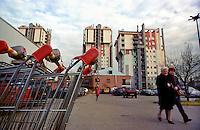 milano, quartiere lorenteggio. periferia ovest. carrelli della spesa di un supermercato presso dei palazzi residenziali --- milan, lorenteggio district, west periphery. shopping carts of a supermarket nearby residential buildings