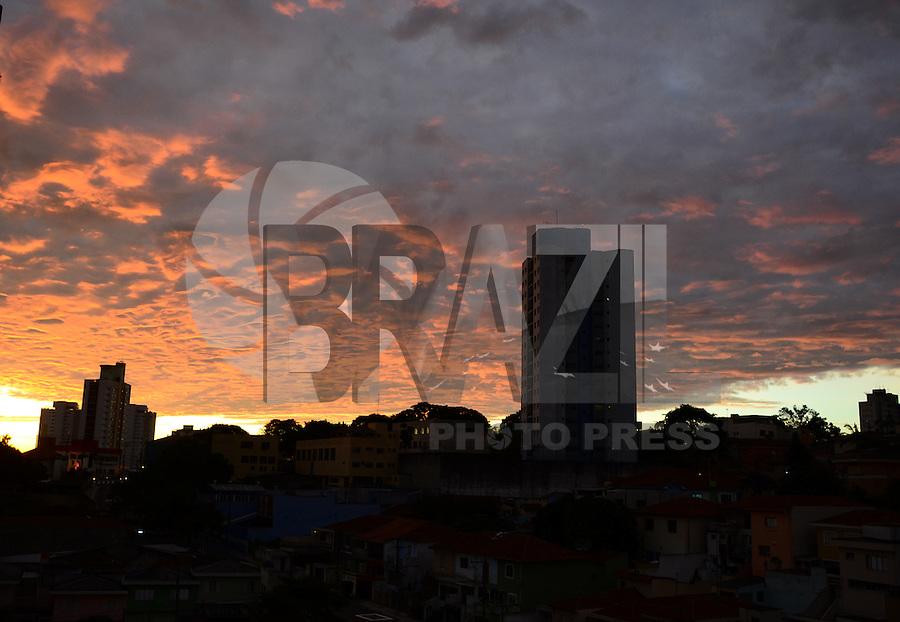 SAO PAULO, SP -  10.04.2014. CLIMA TEMPO- Céu com algumas nuvems ao amanhacer na Freguesia do Ó região Norte da cidade nesta quinta-feira 10. ( Foto: Bruno Ulivieri / Brazil Photo Press )