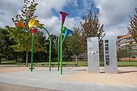 """""""Denkmal fuer die erste homosexuelle Emanzipationsbewegung"""" am Magnus-Hirschfeld-Ufer in Berlin.<br /> Das Ensemble aus sechs ueberdimensionalen Blueten der Calla-Lilie, die in den Farben des Regenbogens gehalten sind, wurde am 7. September 2017 am Magnus-Hirschfeld-Ufer an der Spree eingeweiht. Initiiert wurde es vom Lesben- und Schwulenverband Berlin-Brandenburg (LSVD). Bereits seit 2011 stehen hier zwei Gedenktafeln, die an die erste Homosexuellenbewegung erinnern, seit 2008 traegt der Uferabschnitt den Namen Magnus-Hirschfeld-Ufer.<br /> Vor 120 Jahren gruendeten Magnus Hirschfeld und seine Mitstreiter das Wissenschaftlich-Humanitaere Komitee in Berlin, das sich als erste Organisation fuer eine Entkriminalisierung von Sex zwischen Maennern einsetzte. 1919 errichtete Hirschfeld vis a vis des Denkmals das Institut fuer Sexualwissenschaft.<br /> 12.9.2017, Berlin<br /> Copyright: Christian-Ditsch.de<br /> [Inhaltsveraendernde Manipulation des Fotos nur nach ausdruecklicher Genehmigung des Fotografen. Vereinbarungen ueber Abtretung von Persoenlichkeitsrechten/Model Release der abgebildeten Person/Personen liegen nicht vor. NO MODEL RELEASE! Nur fuer Redaktionelle Zwecke. Don't publish without copyright Christian-Ditsch.de, Veroeffentlichung nur mit Fotografennennung, sowie gegen Honorar, MwSt. und Beleg. Konto: I N G - D i B a, IBAN DE58500105175400192269, BIC INGDDEFFXXX, Kontakt: post@christian-ditsch.de<br /> Bei der Bearbeitung der Dateiinformationen darf die Urheberkennzeichnung in den EXIF- und  IPTC-Daten nicht entfernt werden, diese sind in digitalen Medien nach §95c UrhG rechtlich geschuetzt. Der Urhebervermerk wird gemaess §13 UrhG verlangt.]"""