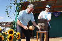Bürgermeister Marcus Merkel mit Kerwevadder Manuel Janz beim Bieranstich - Büttelborn 19.09.2021: Biddelberner Kerb an der Tornhall