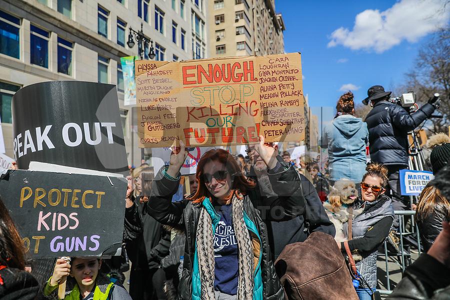 """NOVA YORK, EUA, 24.03.2018 - MARCHA-EUA -<br /> Famílias e estudantes durante ato """"Marcha pela Vida"""" em apoio ao controle de armas, na Ilha de Manhattan na cidade de Nova York neste sábado, 24. (Foto: William Volcov/Brazil Photo Press)"""