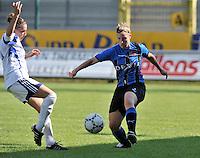 Club Brugge Dames : Lita Pouseele aan de bal voor Kelly Decubber van Rassing Harelbeke.Foto DAVID CATRY / Vrouwenteam.be