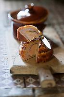 Europe/France/Aquitaine/24/Dordogne/Env de Périgueux/Antonne-et-Trigonant: Pâté de Périgueux  photographié sur le potager de la cuisine du Château des Bories<br /> Pâté en croute à base de foie gras et de truffe était jadis préparé par les pâtissiers<br /> L'un des plus anciens pâtissiers, que l'on connaisse est Marie Raulet qui au début du XVème siècle, exerçait son art à Périgueux. Ancêtres de nos actuels charcutiers, ces artisans confectionnaient des Pâtés, préparation à base de pâte, qu'ils remplissaient de toutes sortes de mets