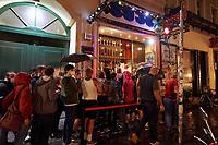 """Clubbesuch mit PCR-Test in Berlin.<br /> Am Wochenende vom 6. bis 8. August fand in Berlin das Pilotprojekt """"Clubculture Reboot"""" fuer eine moegliche Wiedereroeffnung der Clubs in der Hauptstadt statt. In einem von der Charite begleiteten Versuch durften an dem Wochenende bis zu 2000 Menschen in acht teilnehmenden Clubs ohne Maske und die ueblichen Coronaregeln feiern und tanzen. Eintrittskarten dafuer konnten nur personalisiert erworben werden und die Partygaeste mussten zuvor einen PCR-Test gemacht haben und zu weiteren Nachtestungen bereit sein.<br /> Das Projekt unter wissenschaftlicher Begleitung der Charite soll laut Senatskulturverwaltung aufzeigen, ob und wie Tanzveranstaltungen in Clubs """"auch unter pandemischen Bedingungen in Zukunft sicher moeglich sein koennen"""".<br /> Im Bild: Partygaeste warten am Samstagabend vor dem Berliner Club SO36 um an der legendaeren 80er-Jahre Party """"Dancing with Tears in your Eyes"""" teilzunehmen.<br /> 6.8.2021, Berlin<br /> Copyright: Christian-Ditsch.de<br /> 7.8.2021, Berlin<br /> Copyright: Christian-Ditsch.de"""