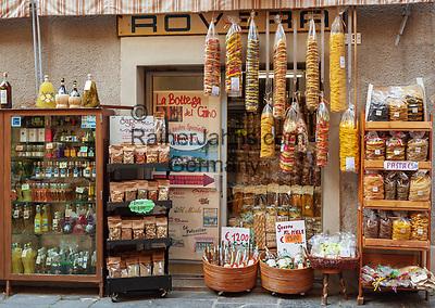 Italy, Piedmont, Orta San Giulio: shop with local specialities - noodles, wine, spices and herbs   Italien, Piemont, Orta San Giulio: Laden mit regionalen Spezialitaeten - Pasta, Wein, Kraeuter und Gewuerze