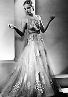 Mode Madeleine Vionnet (1876-1975) : le mannequin Sonia vedette de la maison Vionnet presente la mode ete 1938 --- Madeleine Vionnet (1876-1975) fashion : Model Sojja wearing summer dress for the Vionnet fashion house in Paris