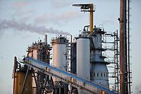 URUGUAY Fray Bentos ,  UPM pulp mill produce ECF (elemental chlorine free) pulp from FSC eucalyptus wood, Capacity, tonnes annually 1,100,000 and the mill produces electricity and steam for own consumption and in addition 20-30 MW electricity for the national grid , factory former known as BOTNIA / URUGUAY Fray Bentos , Zellulosefabrik und Biomassekraftwerk der UPM ( vorher BOTNIA ) am Ufer des Fluss Uruguay , Herstellung von Zellulose aus FSC Eukalytus Holz fuer die Papierherstellung , ein eigenes Biomassekraftwerk produziert 40 MW Strom und Dampf