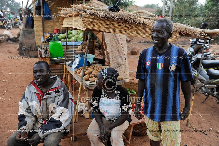 BURKINA FASO Kaya, Bank der Dioezese Kaya vergibt Mikrokredite fuer Kleinunternehmer zur Einkommensfoerderung, Kartoffel- und Gemuese Anbau von EMILE OUEDRAOGO, Direktverkauf an der Strasse /BURKINA FASO Kaya, diocese bank gives micro loan for income generation