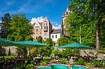 Deutschland, Bayern, Niederbayern, Egg: Schloss Egg, im Vordergrund der Garten des Schlosshotels und Schlossrestaurants | Germany, Lower Bavaria, Egg: Castle Egg, at foreground garden of Castle Hotel and Restaurant