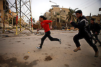 Syria, Deir az-Zor, 2013/03/17..People have to run in order not to get shot by snipers on a so called sniper alley in Deir az-Zor. .Syrie, Deir ez-Zor, 17/03/2013.Les gens doivent courir pour ne pas se faire tirer dessus par des snipers sur la « sniper alley » à Deir ez-Zor..Photo : Timo Vogt / Est&Ost Photography.