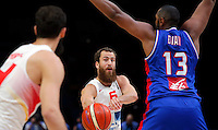 Spain's Sergio Rodriguez (R) passes the ball during European championship semi-final basketball match between France and Spain on September 17, 2015 in Lille, France  (credit image & photo: Pedja Milosavljevic / STARSPORT)