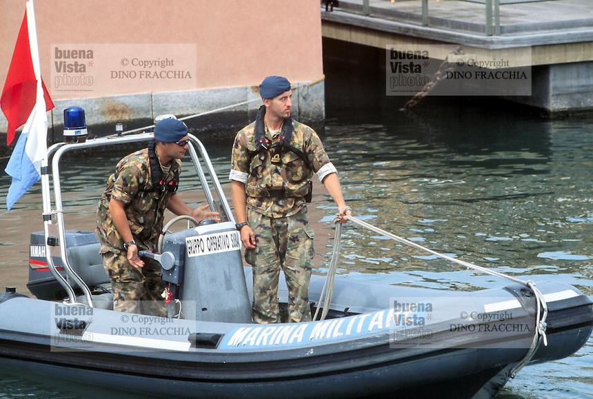 - manifestations against the international G8 summit in Genoa, July 2001, navy's divers security service....- manifestazioni contro il summit internazionale G8 a Genova nel luglio 2001, servizio di sicurezza dei sommozzatori della marina militare