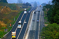 Transporte na Via Dutra. Lorena. São Paulo. 2000. Foto de Juca Martins.