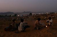 06.11.2008 Pushkar(Rajasthan) <br /> <br /> Group of man making fire and cooking on the camel camp during the annual cattle fair.<br /> <br /> Groupe d' hommes en train de faire du feu et la cuisine sur le camp pendant la foire au bétail annuelle.