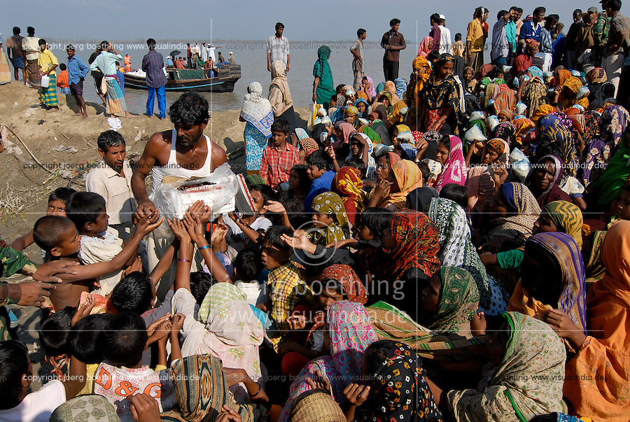BANGLADESH District Bagerhat , cyclone Sidr and high tide destroy villages in Southkhali at river Balaswar , distribution of relief goods from Saudi Arabia the kingdom of humanity  / BANGLADESCH, der Wirbelsturm Zyklon Sidr und eine Sturmflut zerstoeren Doerfer im Kuestengebiet von South Khali , Verteilung von Hilfsguetern aus Saudi-Arabien