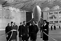 Ateliers Sud Aviation (Saint-Martin-du-Touch). 11 décembre 1967. Vue d'ensemble de face de Jean Chamant (ministre des Transports) à droite et de Anthony Neil Wedgwood Benn (ministre anglais de la Technologie) venant de découper le ruban officiel, sont entourés de deux hôtesses ; en arrière-plan prototype du Concorde (vue de face). Cliché pris lors de la présentation officielle du prototype français du Concorde.