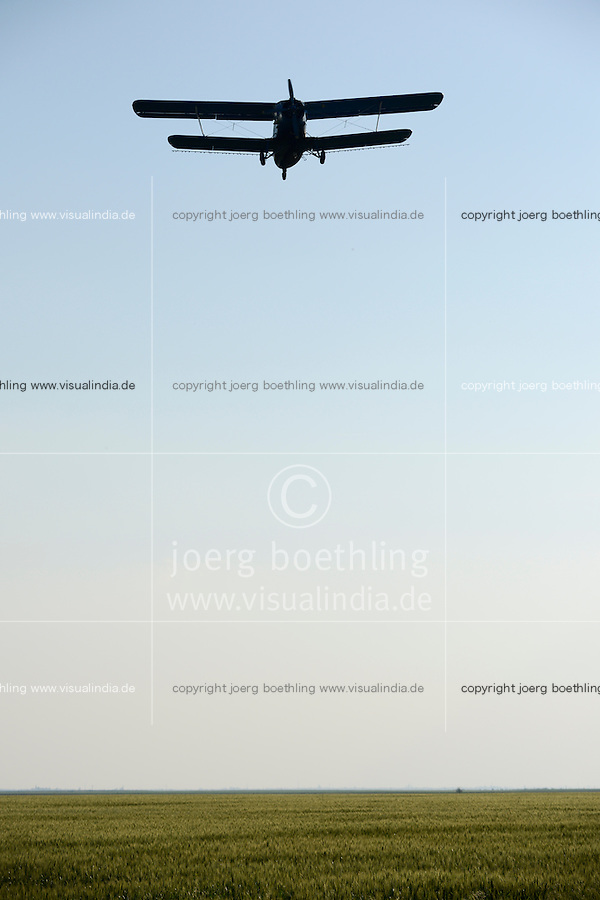ROMANIA Banat, agricultural Antonov An-2 single engine biplane is used to spray pesticides on large fields / RUMAENIEN Banat, Antonov An-2 Doppeldecker Flugzeug wird zum Spruehen von Pestiziden auf grossen Flaechen eingesetzt