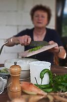 Europe/France/Midi-Pyrénées/65/Hautes-Pyrénées/Env d'Arreau/Guaux: Avec ses fromages de chèvre  frais à la chèvrerie: Le Pitou , Dominique Parisel prépare un mélange de fromage d' oignon de Trébons, piment vert et herbes aromatiques qu'elle sert sur des tartines de pain grillé