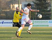 SCT Menen - RC Harelbeke :<br /> Dylan Descheemaecker (R) gaat voorbij Rob Claeys (L)<br /> <br /> Foto VDB / Bart Vandenbroucke