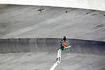 Foto: VidiPhoto<br /> <br /> HETEREN – Wie niet sterk is moet slim zijn. Op een vernuftige wijze wordt woensdag in opdracht van Rijkswaterstaat gewerkt aan de Nederrijnbrug in de A50 bij Heteren. Beschadigde plekken in het beton aan de onderzijde van de brug worden bijgewerkt vanaf een hoogwerker, die geplaatst is op het onderhoudsschip Zwartezee van Nobel Waterwerken. Om wiebelen te voorkomen door golfslag van passerende schepen, zijn aan de voorzijde mobiele ankerpalen neergelaten op de bodem van de rivier. De werkzaamheden zijn onderdeel van het betonherstel aan de binnenzijde, onderkant en pijlers van de belangrijke noord-zuid oververbinding door Mourik uit Groot-Ammers. De Nederrijnbrug dateert uit 1972 en is de oudste liggerbrug in de A50. Het onderhoud is nodig om de toegenomen verkeersinstensiteit te kunnen opvangen. De Rijnbrug is in 2010 aan aangepast van twee naar twee keer drie rijstroken. De brug dateert uit 1972 en is de oudste liggerbrug in de A50. De werkzaamheden aan de brug zijn eind dit jaar gereed. De aanneemsom bedraagt 5,2 miljoen euro, ex. btw.