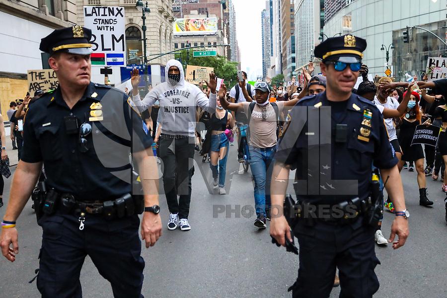 NOVA YORK, EUA, 05.06.2020 - PROTESTO-NOVA YORK - Os nova-iorquinos protestam pela morte de George Floyd em 4 de junho de 2020 na cidade de Nova York, Estados Unidos e realizam ato contra o racismo e residencia andando por toda a cidade durante toque de recolher aplicado na cidade das 8pm-5am, ocasionando prisões pela NYPD. George Floyd, um negro desarmado, morreu em 25 de maio após ser detido por um policial branco durante sua prisão no estado de Minnesota, o que provocou protestos em todo o país. (Foto: Vanessa Carvalho/Brazil Photo Press)