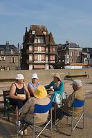 Europe/France/Haute-Normandie/76/Seine Maritime/Etretat: Touristes sur la promenade de la digue du Perrey et villas d'avant guerre
