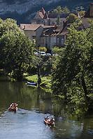 Europe/France/Midi-Pyrénées/46/Lot/ Cabrerets:Canoés dans  la Vallée du Célé et maisons du Village et Château de Cabrerets ou Chateau des Gontaut-Biron