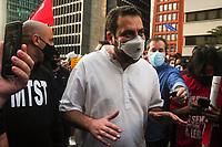 SÃO PAULO, SP, 29.05.2021 :  Protesto contra o Presidente Jair Bolsonaro : Manifestantes se aglomeram  na Av. Paulista região da zona sul da cidade São Paulo neste sábado (29). Em protesto manifestantes pedem a saída de Bolsonaro do poder e vacinação para toda a população. No destaque Guilherme Boulos participa da manifestação pedido a saída de Jair Bolsonaro