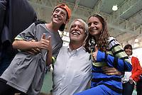 BOGOTÁ -COLOMBIA. 25-05-2014. Enrique Peñalosa candidato presidencial en Colombia por el Partido Verde hoy 25 de mayo de 2014 posa con unos seguidores después de ejercer su derecho al voto en Bogotá. Las elecciones presidenciales en Colombia que se realizan hoy 25 de mayo de 2014 en todo el país./ Enrique Peñalosa presidential colombian canditate by Green Party pose with a supporters today May 25 2014 leaves his campaign headquarters in Bogota. Presidential elections in Colombia are made in May 25 2014 across the country. Photo: VizzorImage/ Gabriel Aponte / Staff