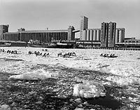 Course de canot au  Carnaval de Québec, février 1961<br /> <br /> Photographe : Photo Moderne