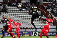 MANIZALES - COLOMBIA -22-05-2016: Oscar Estupiñan (Cent.) jugador de Once Caldas, anota gol a Antonio Otero (Fuera de Cuadro) portero de Patriotas FC, durante partido Once Caldas y Patriotas FC, por la fecha 19 de la Liga de Aguila I 2016 en el estadio Palogrande en la ciudad de Manizales. / Oscar Estupiñan (C) of Once Caldas, scored a goal to Antonio Otero (Out Of Pic) goalkeeper of Patriotas FC, during a match Once Caldas and Patriotas FC, for date 19 of the Liga de Aguila I 2016 at the Palogrande stadium in Manizales city. Photo: VizzorImage  / Santiago Osorio / Cont.